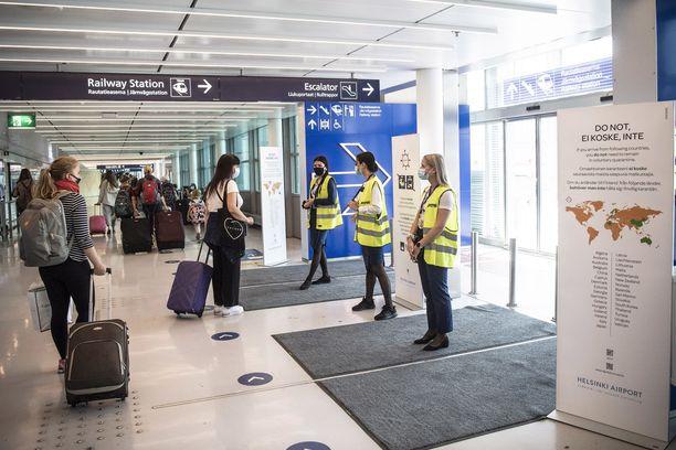 Lentokentällä suositellaan kasvomaskin käyttöä.