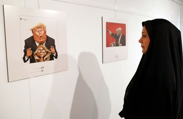 Nainen katsoo kuvaa, jossa Trump vetää puolisonsa Melania Trumpin suupielet väkinäiseen hymyyn.
