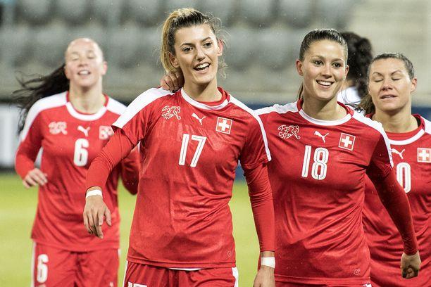 Florijana Ismaili (numero 17) on pelannut yli 30 maaottelua Sveitsin paidassa.