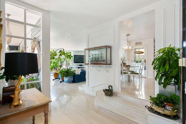 Sisustuksessa on hyödynnetty paljon huonekasveja. Ne herättävät vaalean kodin eloon.