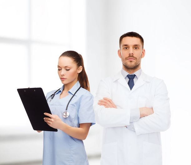 Sairaanhoitaja ja lääkäri.