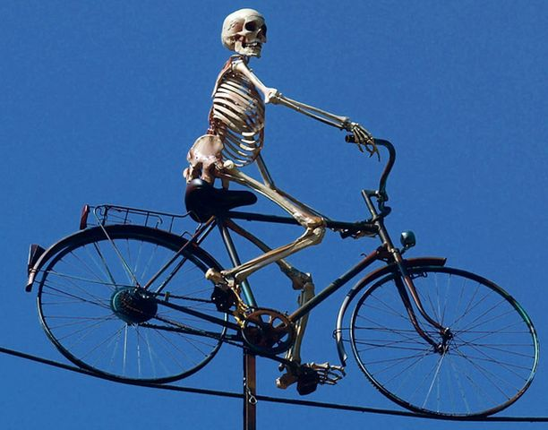 KITATKAA VAAN KALJAA Kummitusjunan katolla pyöräillyt luuranko muistutti viinan vaaroista Saksan Münchenissä juuri ennen iloisen Oktoberfestin alkua.