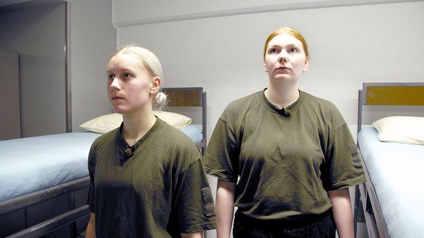 Moona ja Miisa kuuluvat realitysarjassa seurattaviin alokkaisiin.