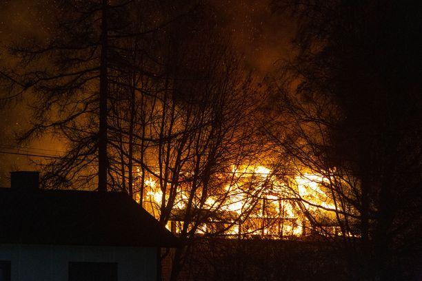Talo tuhoutui palossa täysin.