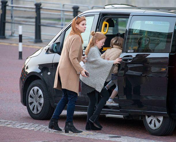 Kuvan oton jälkeen Santtu Seppälä perheineen lähti taksilla pois.