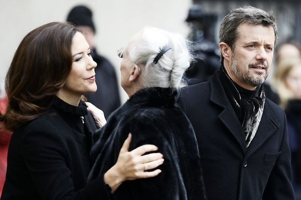 Kruununprinssi Frederik edusti hautajaisissa yhdessä Mary-vaimonsa kanssa.