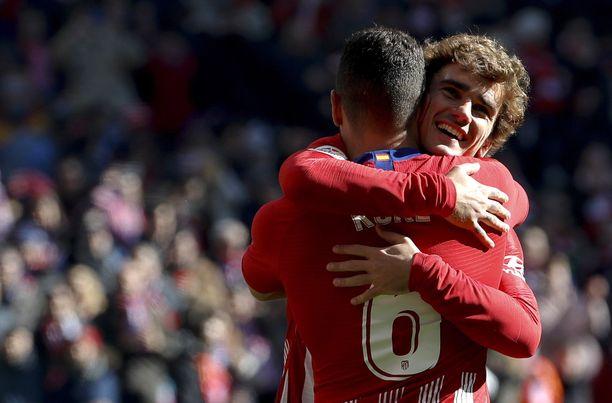 Atléticon maalintekijä Antoine Griezmann sai onnitteluhalin keskikenttämies Kokelta.