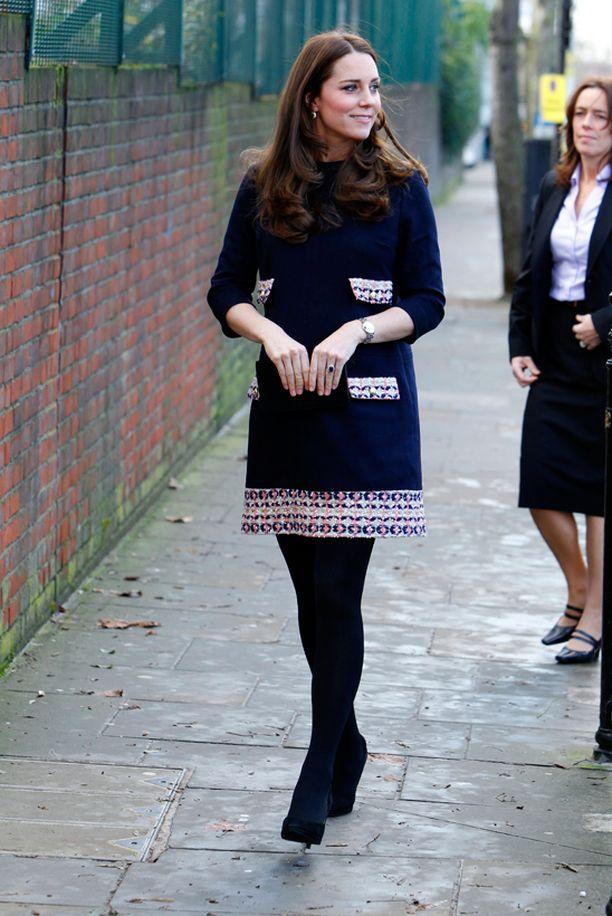 Torstaisella kouluvierailullaan Catherine oli pukeutunut tähän suloiseen mekkoon.