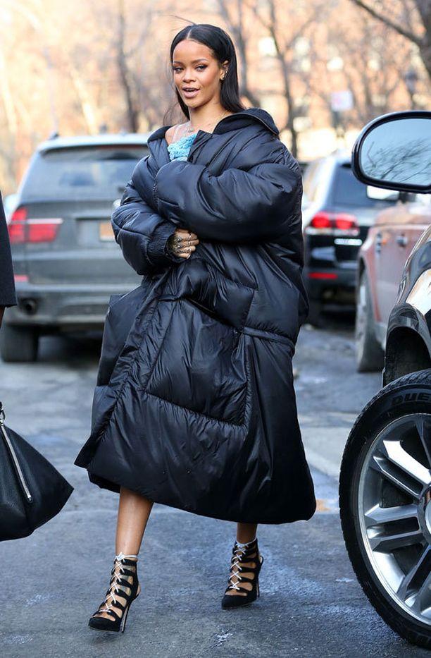 Rihanna saapui näytökseen paksussa toppatakissa.