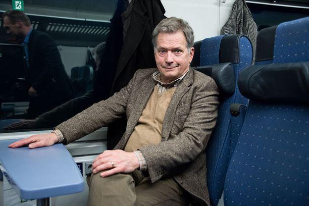 Kampanja siirtyi junalla Riihimäelle. Matkalla presidentti vastaili toimittajien kysymyksiin.