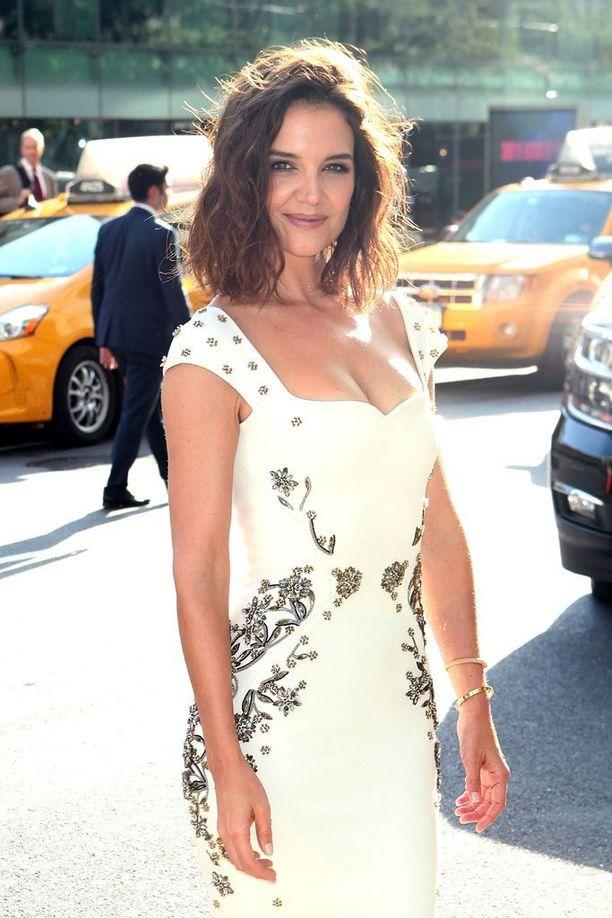 Katie Holmes, 38, on tunnettu yhdysvaltalainen näyttelijä. Hänellä on 11-vuotias tytär suhteesta Tom Cruiseen.