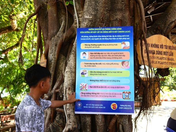 Suojautumisohjeet Covid 19-virukselta vietnamilaisessa turistikohteesta.