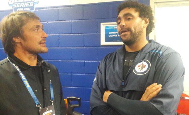 Teemu Selänne vaihtoi kuulumisia Dustin Byfuglienin kanssa Jetsin pukukopin ulkopuolella.