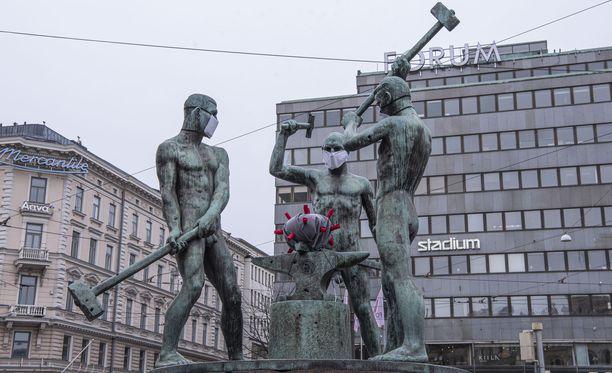Hallituksen koronatoimet vaikuttavat tepsivän koronatartuntojen alentamiseen. Kuva Helsingin keskustassa sijaitsevasta Kolmen sepän patsaasta.