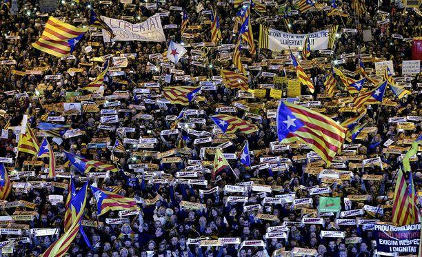 Barcelonassa järjestettyyn marssiin osallistuneet mielenosoittajat vaativat Katalonian ex-johtajia vapaaksi.
