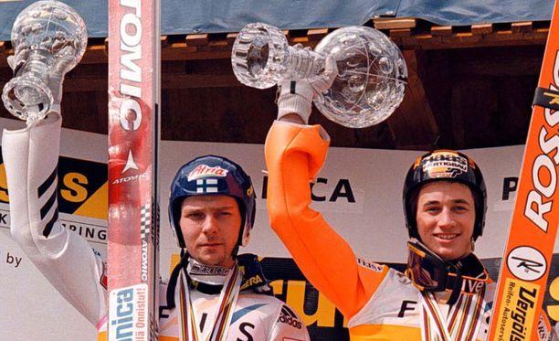 Janne Ahosen ja Martin Schmittin kaksintaistelu oli kutkuttavaa katsottavaa. Kuva vuodelta 1999.
