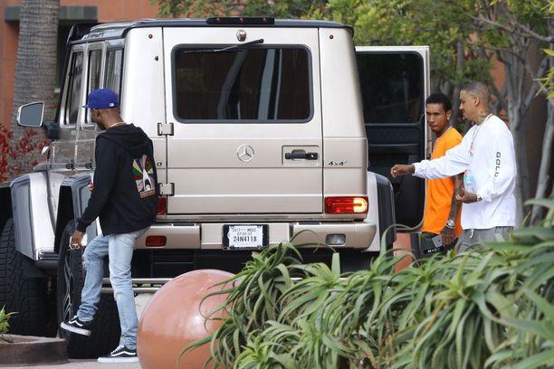 Pidätyksen jälkeisenä aamuna Tyga lähti levytysstudiolle, mutta hän ei mennyt kuskin paikalle.