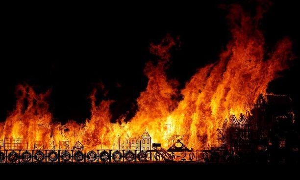 Lontoon suurta paloa muisteltiin hienossa näytöksessä Thames-joella.