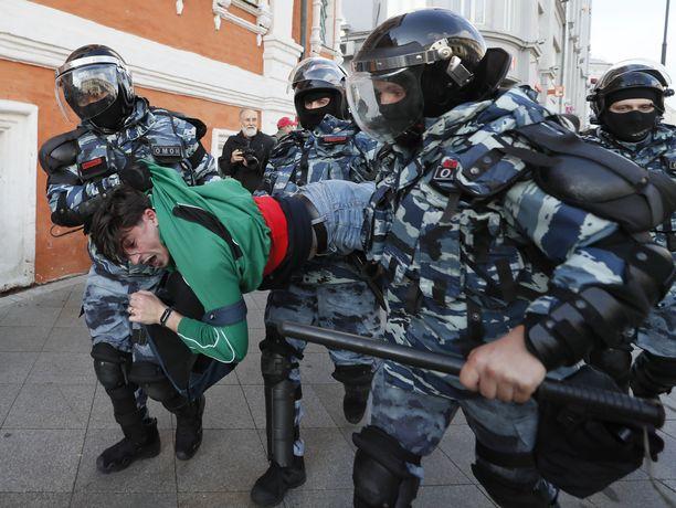 Poliisien otteet mielenosoittajia kohtaan ovat olleet kovakouraisia Moskovassa. Kuva mielenosoituksesta 10. elokuuta.