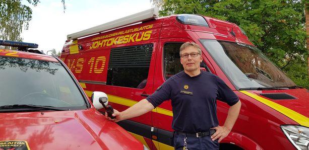 Päivystävä palomestari Timo Saari kertoo, että turvemaasto on haasteellinen siksi, että palopesäke voi kyteä monta päivää ennen leimahtamista liekkeihin.