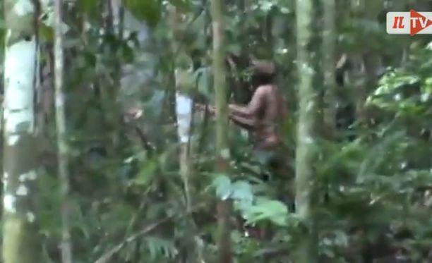 Amazonin sademetsässä elävä mies ei ole puhunut kenellekään sen jälkeen, kun hänen yhteisönsä jäsenet tapettiin.