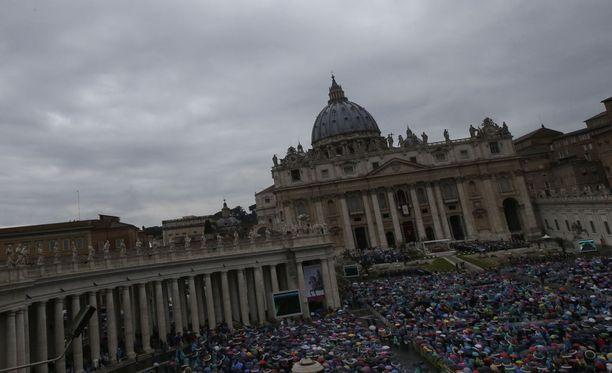 Vatikaani kohisee seksi- ja murhasyytöksistä.