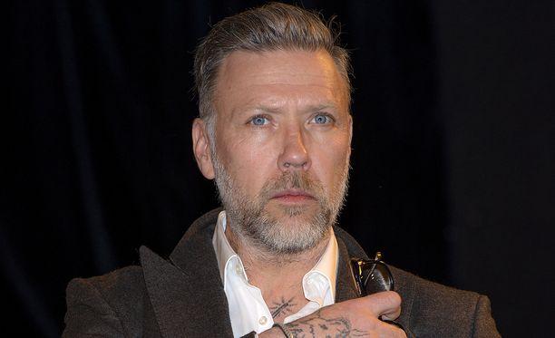 Rikospoliisi Gunvald Larssonina tunnettu Mikael Persbrandt on ollut pystyttämässä kuvataidenäyttelyään Espoon Hanasaareen. Kuvassa näyttelijä huhtikuussa 2016.