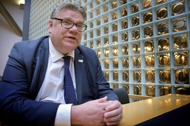 """Puheenjohtaja Timo Soini sanoo, että hän ei """"korvaansa lotkauta"""" niille, jotka sanovat eronsa syyksi perussuomalaisten toiminnan hallituksessa."""