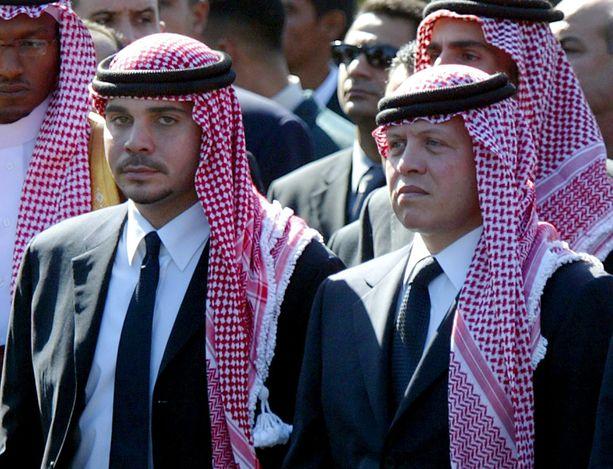 Prinssi Hamzah bin Husseinista (kuvassa vasemmalla) oli tarkoitus tulla Jordanian seuraava kuningas, mutta hänen velipuolensa Abdullah (oik.) antoi kruununprinssin tittelin omalle pojalleen.
