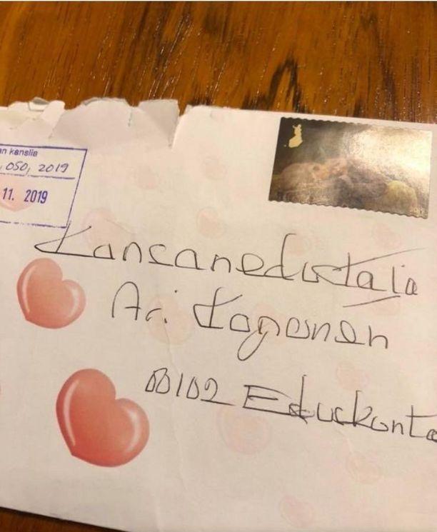 Tässä kirjekuoressa oli viisi sadan euron seteliä.