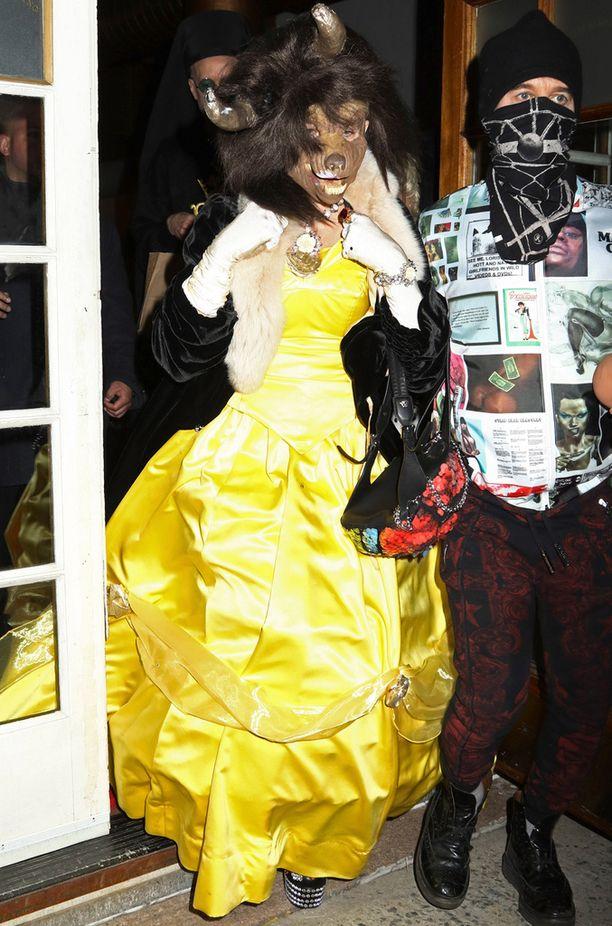 Madonnan mekko on samanlainen kuin Kaunottarella Kaunotar ja Hirviö -elokuvassa.