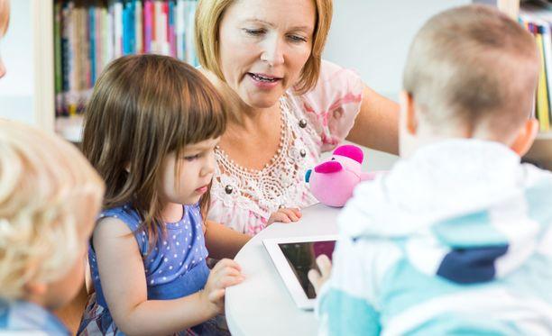 OAJ:n Olli Luukkainen pitää selvänä, että varhaiskasvatuksen opettajien matala palkkataso vaikuttaa alan työvoimapulaan. Kuvituskuva.