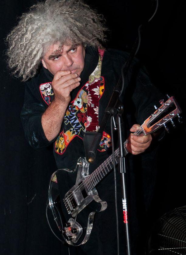 Melvinsin Buzz Osborne ei pidä Courtney Lovea sen paremmin kuin Kurt Cobainiakaan totuuden torvina. Hänen mukaansa Cobain sepitti tarinat vatsakivuistaan ja asumisesta sillan alla.