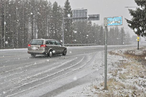 Etelässä sateet ovat toistaiseksi väistymässä, mutta Lapissa sataa lunta, kertoo Ilmatieteen laitos.
