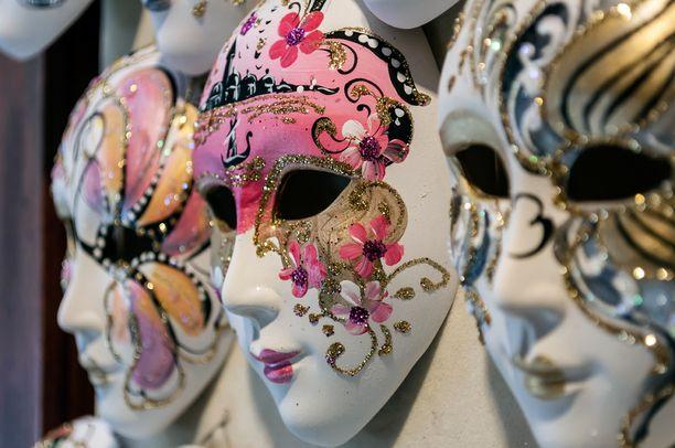 1980-luvulla esimerkiksi Venetsiasta kannetut karnevaalinaamiot saattoivat koristaa kotien seiniä, erinäisten viuhkojen lisäksi. Nyt näille yltiökoristeellisille esineille tuskin löytyy käyttöä.