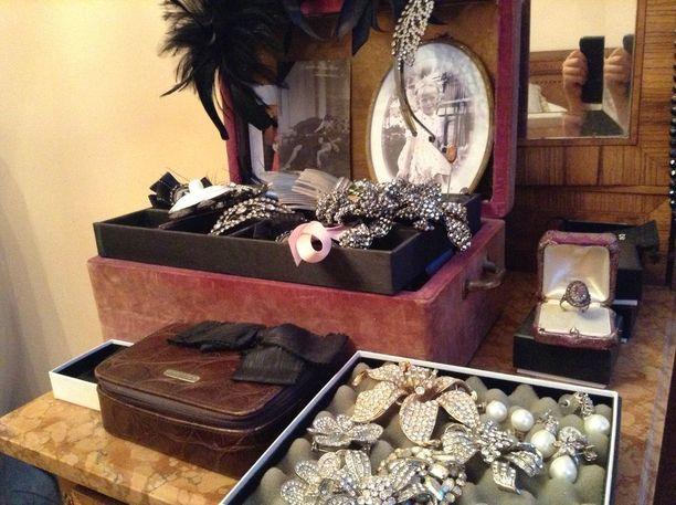 Tässä osa varastetuista vintage-koruista.
