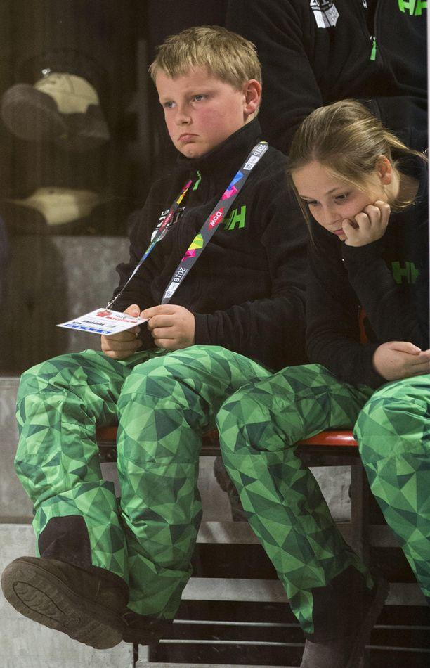 Haakonin lapset Sverre Magnus ja Ingrid Alexandra eivät näyttäneet viihtyvän katsomossa.