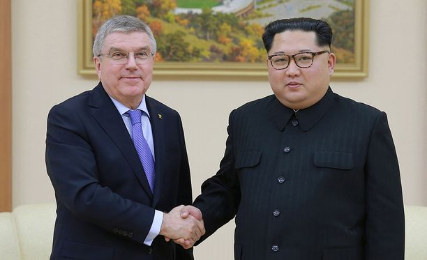Thomas Bach tapasi Kim Jong-unin Pjongjangissa.