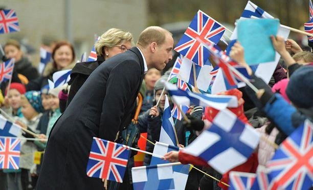 William tapasi Lauttasaaren alakoulun oppilaita.