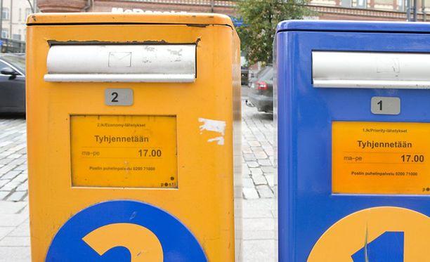 Poliisi pitää ilmeisenä, että laatikoista on anastettu Postin kuljetettavaksi jätettyä postia.