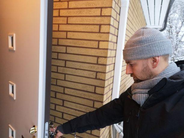 Uudessa ovessa ikkunat ovat pieniä, jotta niiden kautta ei saa enää lukkoa auki.