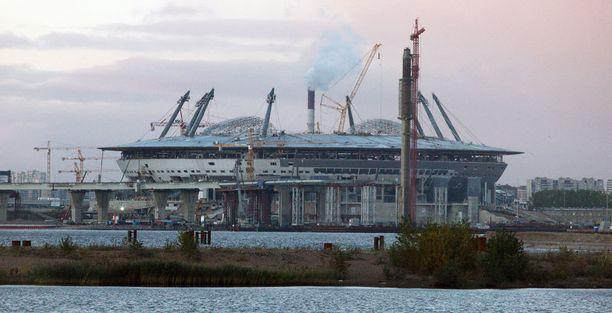 Stadionia rakennettiin huomattavasti suunniteltua pidempään.