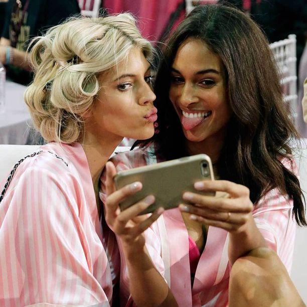 Konstia käytetään esimerkiksi Victoria's Secretin muotinäytöksessä.