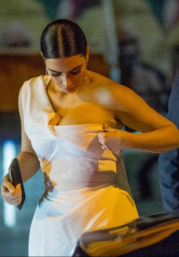 Kim joutui korjailemaan pukunsa istuvuutta jatkuvasti.