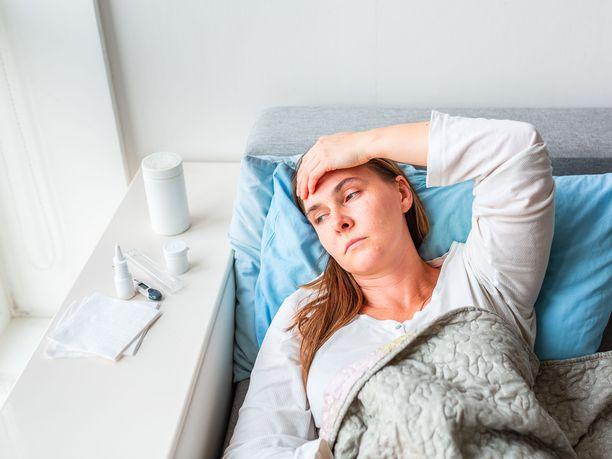 Osalla sairastuneista koronavirustaudin aiheuttamat oireet jatkuvan myös akuutin infektion jälkeen.