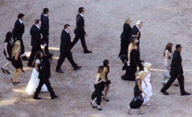Näissä häissä myös vieraat saivat pukeutua valkoiseen.