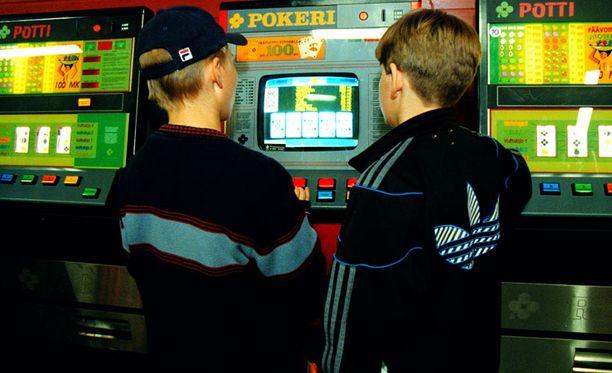Rahapeliautomaattien ikäraja nousee ensi vuoden heinäkuun alkuun mennessä 18 ikävuoteen.