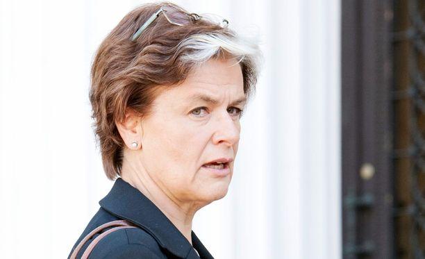 Entinen maahanmuuttoministeri Astrid Thors (r) lupasi Suomelle palautussopimuksen Irakin kanssa viimeistään vuoden 2009 loppuun mennessä. Kuva vuodelta 2011.