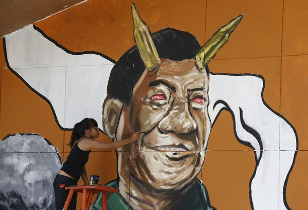 Opiskelijajärjestön jäsen maalasi viime viikolla Duterten pilakuvaa seinään taideteollisessa korkeakoulussa Quezon Cityssa.