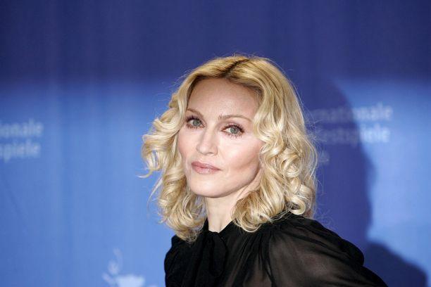 Madonna poseeraa oudon näköisenä selfiessä.